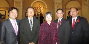 相片:左起:陈若虚主席,许锦松会长,刘菲总领事,李灿明省议员,及叶志明省议员,在卑诗省省议会春季复会典礼相见欢。